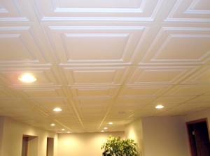 Как класть плитку на потолок