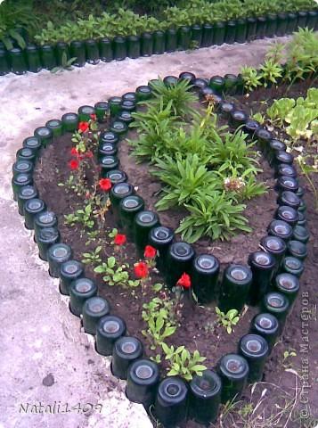 Садовая дорожка из стеклянных бутылок