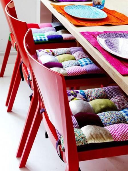 2-подушки-пэчворк-на-стульях