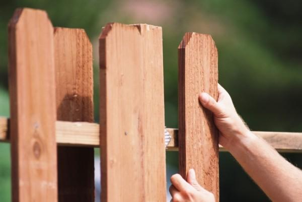 Забор с попеременным креплением досок