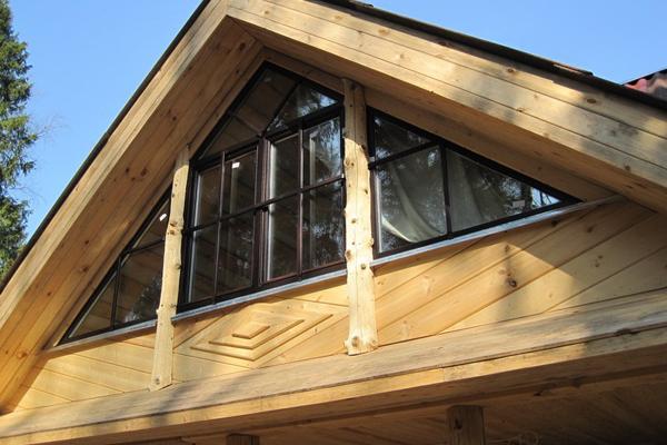 Установка пластикового треугольного окна на мансарде