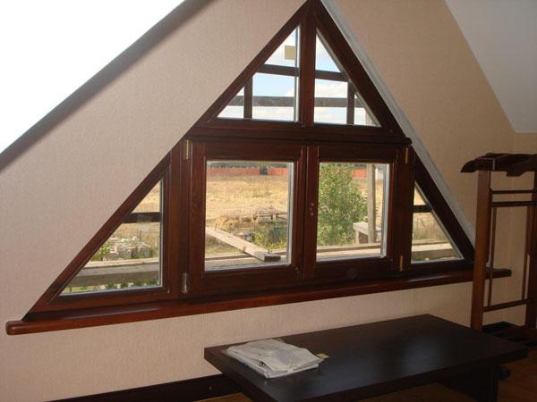 Установка пластикового треугольного окна на мансарду