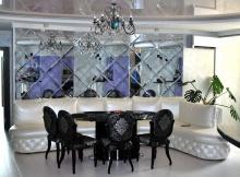 Зеркальная плитка в гостиной