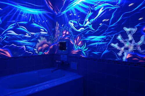 флуоресцентные краски в ванной - рисунок